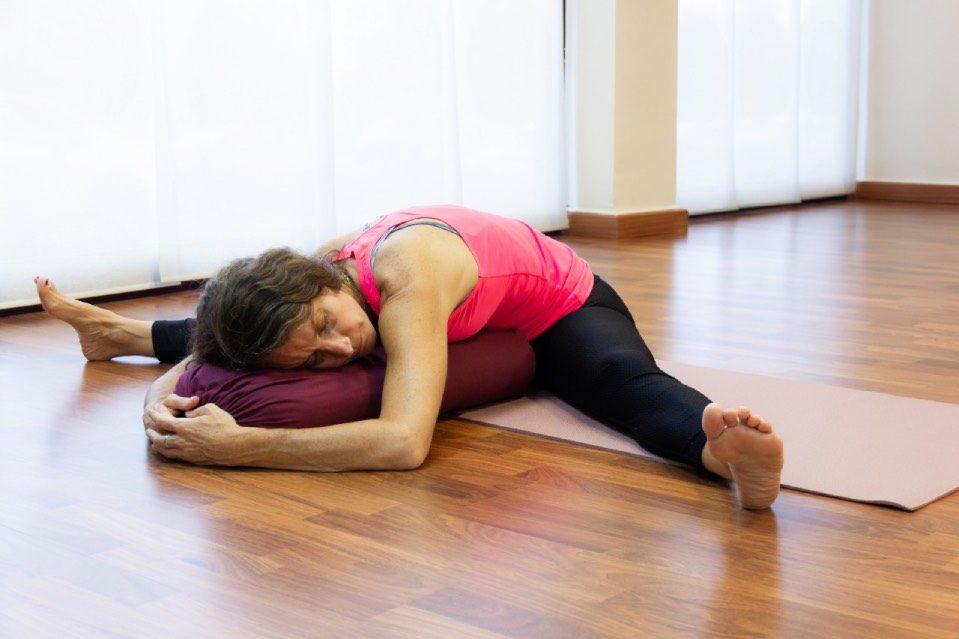 Femme en de séance de Yin Yoga
