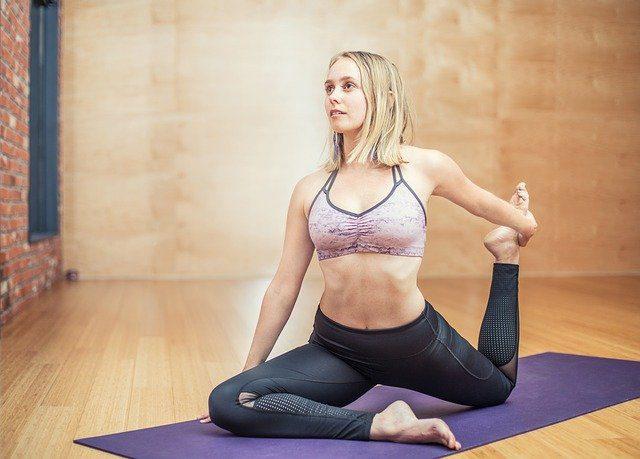 jeune femme faisant du Pilates à l'association en équilibre